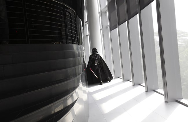 An entertainer dressed as Darth Vader from «Star Wars» walks down the corridor to pose for the media during the opening of Lucasfilm's new animation production facility, the Sandcrawler, in Singapore
